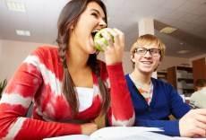 Jovenes comiendo sano