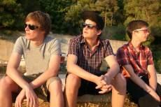 3 chicos con gafas de sol