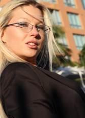 chica rubia con gafas