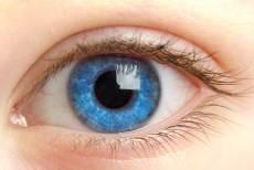 ojos azules brillantes