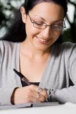 chica con gafas escribiendo