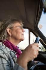 Mujer mayor conduciendo