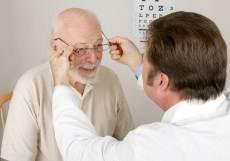 oudere meneer met opticien