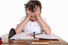 niño frustrado con las manos en la cabeza