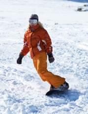 chica practicando snowboard